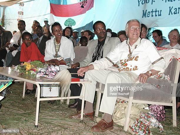 Karlheinz Böhm Ehefrau Almaz Böhm Präsident des Volksstammes der Oromos Kuna Eröffnung des MettuKarlHospitals finanziert durch die Äthiopienhilfe...