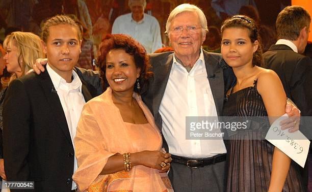 Karlheinz Böhm mit Ehefrau Almaz und Kindern Nicolas Miko und Aida ZDFGeburtstagsgala 'Alles Gute Karlheinz Böhm Ein Leben für Afrika' BavariaStudios...