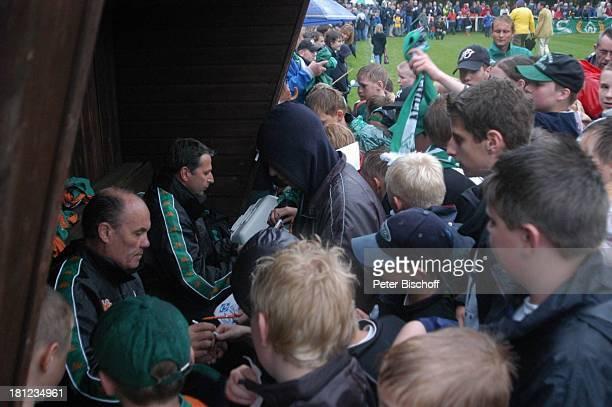 """Karl-Heinz """"Kalli"""" Kamp , Klaus Allofs , Fans, Freundschaftsspiel """"Blau-Weiß Bornreihe"""" gegen """"SV Werder Bremen"""", Bornreihe/Hambergen, , Autogramm,..."""