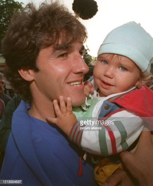 Karlheinz Riedle hält am Trost suchend seinen zweijährigen Sohn Alessandro auf dem Arm kurz zuvor in der 69 Minute des für Deutschland mit 20...