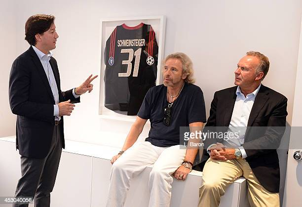 KarlHeinz Rummenigge CEO of Bayern Muenchen is seen with Rudi Vidal and TV host Thomas Gottschalk in the new Bayern Muenchen office during day three...