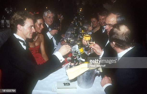 KarlHeinz Rummenigge Ehefrau Martina Wehling Uwe Seeler Bundeskanzler Helmut Kohl Jupp Derwall Ball des Sports Sportler Fußballprofi Smoking...