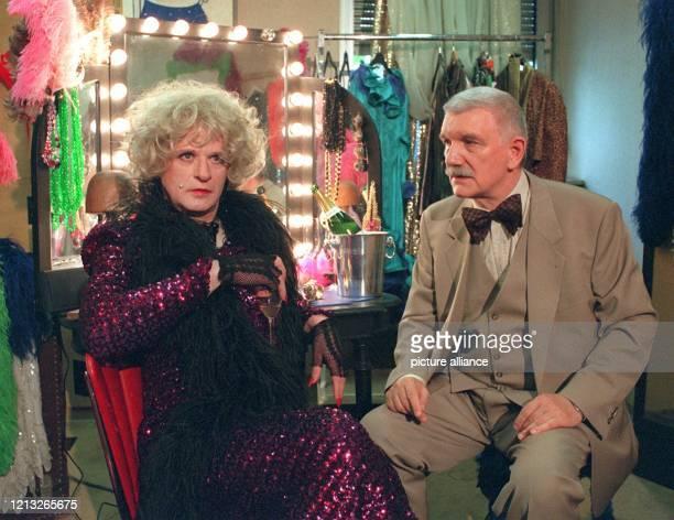 """Karl-Heinz von Hassel als Kommissar Brinkmann und Hans Falar als Harriette, Star einer Transvestitenshow, während der Dreharbeiten zum neuen """"Tatort:..."""