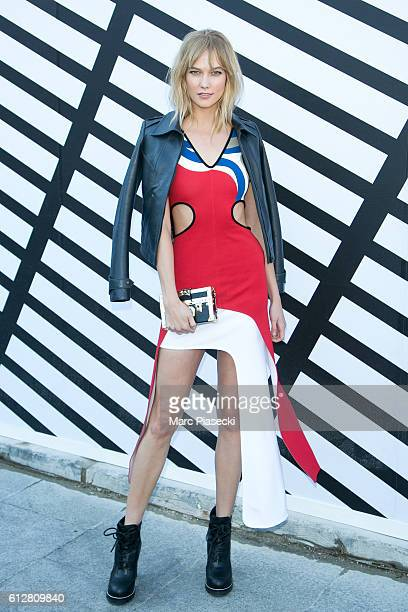 Karlie Kloss arrives to attend the 'Louis Vuitton' fashion show on October 5 2016 in Paris France
