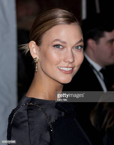Karlie Kloss attends the '2016 amfAR' New York Gala outside arrivals at Cipriani Wall Street in New York City �� LAN
