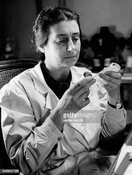 Karlik Berta *Physikerin Oesterreichim Laborkittel bei der Arbeit 1944