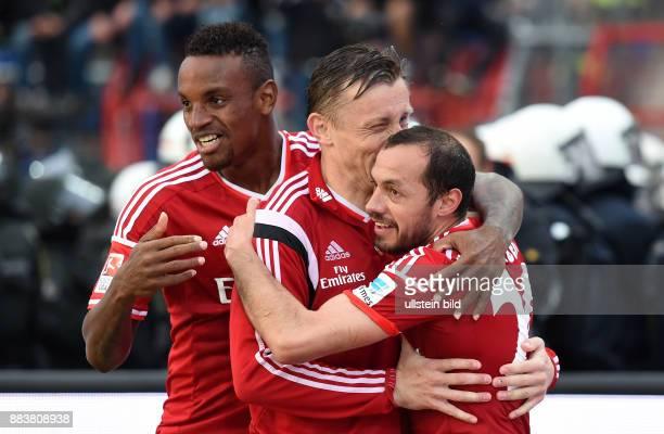 FUSSBALL 1 BUNDESLIGA SAISON Karlsruher SC Hamburger SV Cleber Reis Ivica Olic und Marcelo Diaz jubeln nach dem 11