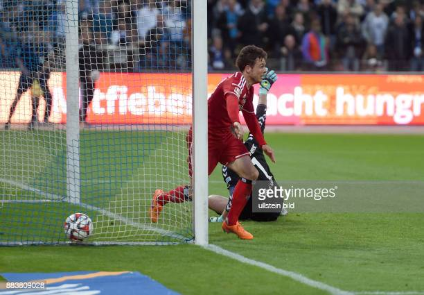 FUSSBALL 1 BUNDESLIGA SAISON Karlsruher SC Hamburger SV Nicolai Mueller bejubelt das Tor zum 12 Torwart Dirk Orlishausen ist geschlagen