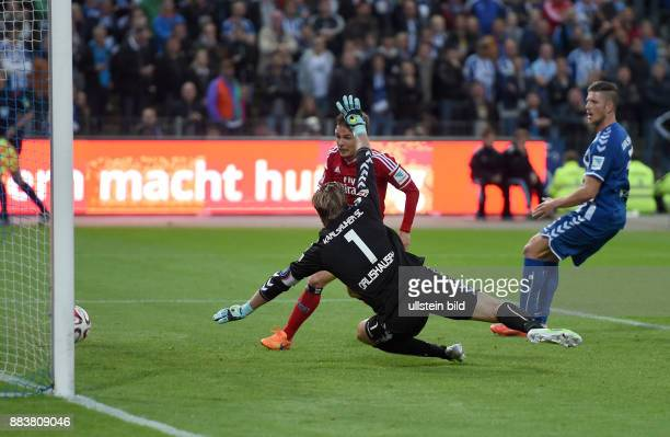 FUSSBALL 1 BUNDESLIGA SAISON Karlsruher SC Hamburger SV Nicolai Mueller erzielt das Tor zum 12 Torwart Dirk Orlishausen ist geschlagen