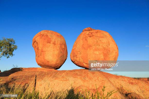 karlu karlu / devils marbles conservation reserve. northern territory. australia. - alice springs stock pictures, royalty-free photos & images