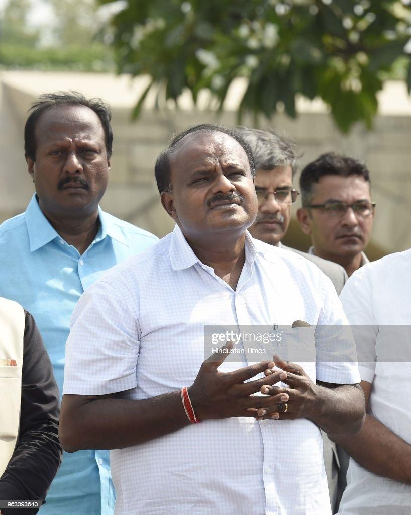karnataka chief minister hd kumaraswamy pays floral tribute to