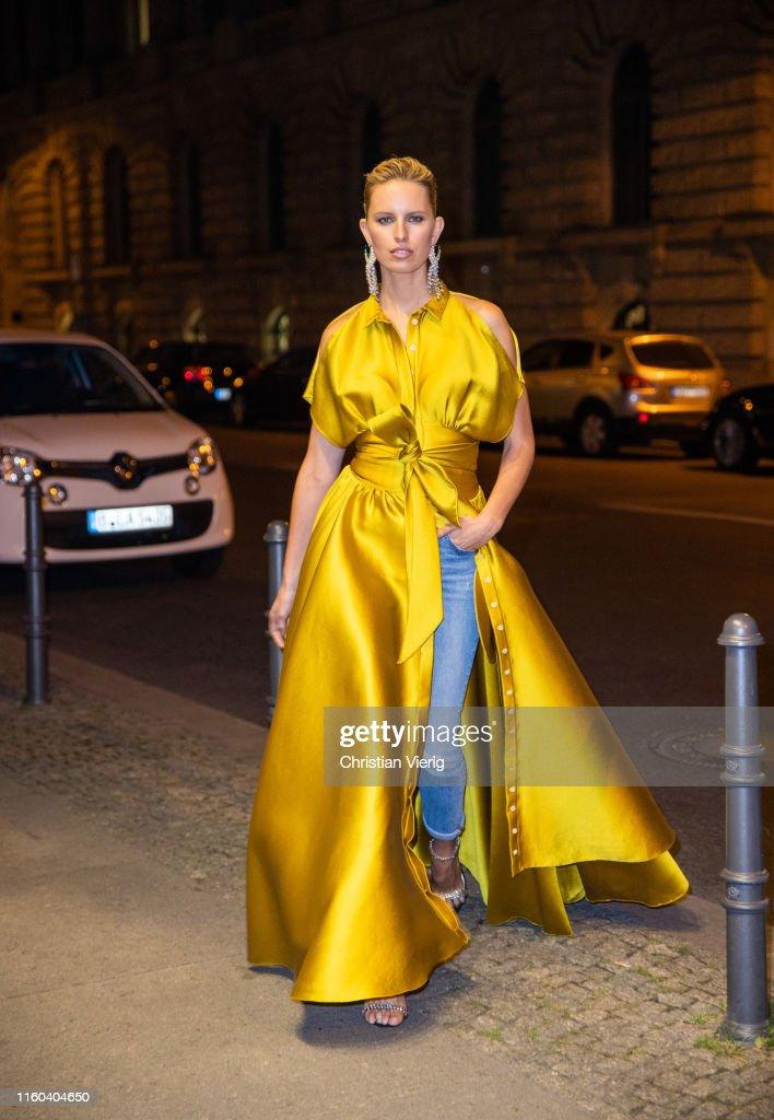 Karolina Kurkova Celebrity Sighting In Berlin : Nachrichtenfoto