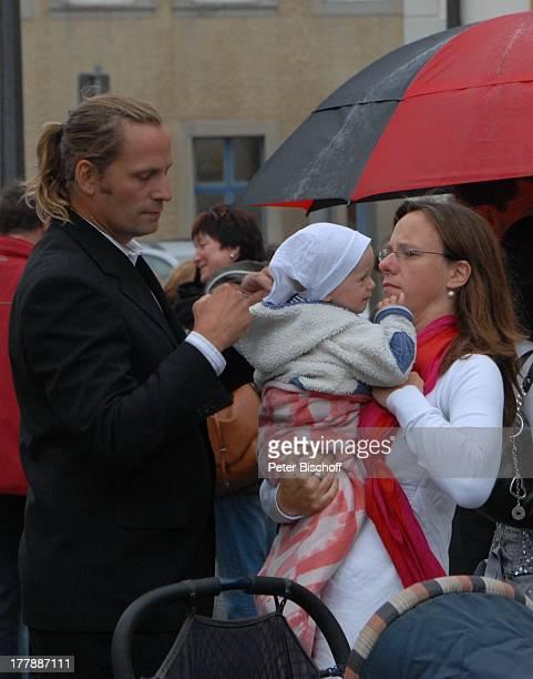 Karoline Simang mit Tochter Baby Eleonora Lucia Ehemann Rico Simang nach standesamtlicher Trauung von S v e n H o e p mit E l k e H o e p...