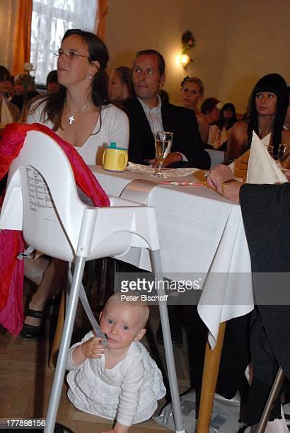 Karoline Simang mit Tochter Baby Eleonora Lucia und Ehemann Rico Simang Nichte Sarah Hoep Hochzeitsfeier Hochzeit S v e n und E l k e H o e p...