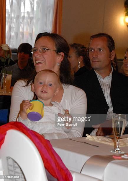 Karoline Simang mit Tochter Baby Eleonora Lucia und Ehemann Rico Simang Hochzeitsfeier Hochzeit S v e n und E l k e H o e p HotelRestaurant...
