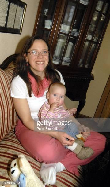 Karoline Simang und Tochter OpheliaJulia Paola Homestory Villa Dresden Sachsen Deutschland Europa Wohnzimmer Baby Familie Enkelin Enkeltochter