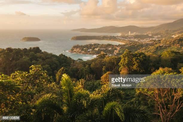 karon gezichtspunt bij zonsondergang, phuket, thailand - tropische boom stockfoto's en -beelden