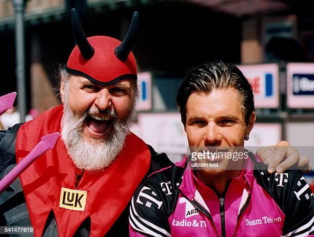 Karosserieschlosser FahrradDesigner DTeufel der Tour de Francemit dem Radprofi vom Team Telekom Danilo Hondo Juli 2002
