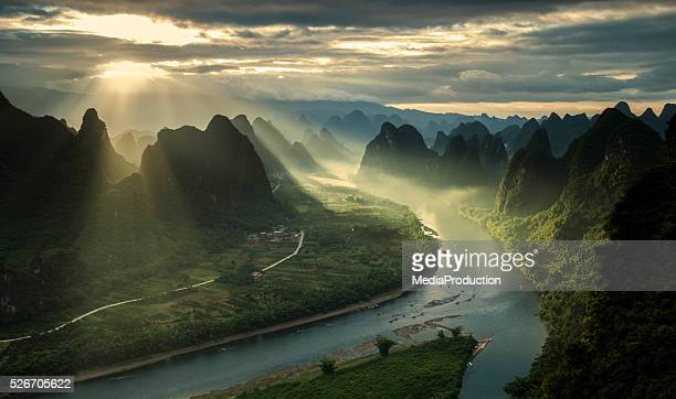 karst mountains and river li in guilin/guangxi region of china - rivier stockfoto's en -beelden