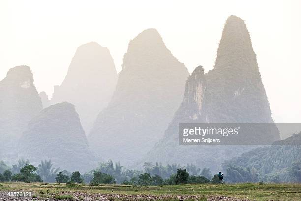 karst mountains surrounding li river close to yangshuo. - merten snijders stock pictures, royalty-free photos & images
