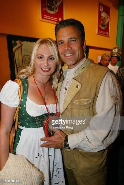 Karsten Speck Zusammen Mit Ehemals Dolly Dollar Alias Christine Zierl Ex Von H. Zierl Beim Oktoberfest 2002 In München