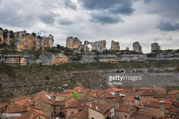karstic formation in orbaneja del castillo, burgos (spain) - orbaneja del castillo photos et images de collection