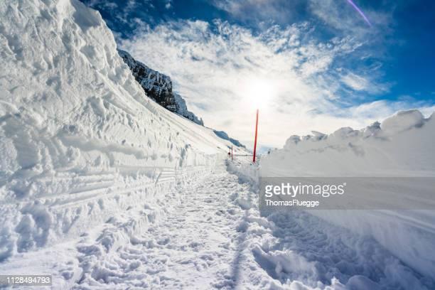 karwendel-gipfel im winter - schneebedeckt stock-fotos und bilder