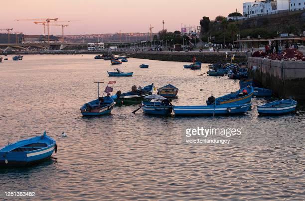 kasbah des udayas et bateaux de pêche traditionnels à rabat, maroc - rabat maroc photos et images de collection