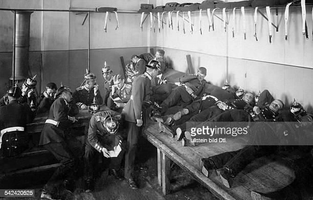 KasernenlebenSoldaten auf der Wachstube 1898Fotograf Waldemar Titzenthaler