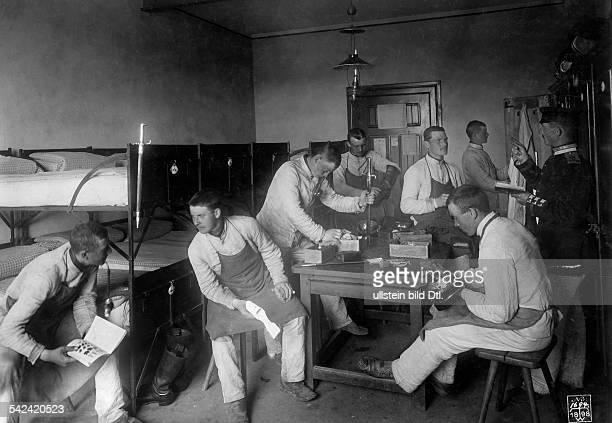 KasernenlebenSoldaten auf ihrer Stube beim Reinigenihrer Ausrüstung 1898Fotograf Waldemar Titzenthaler
