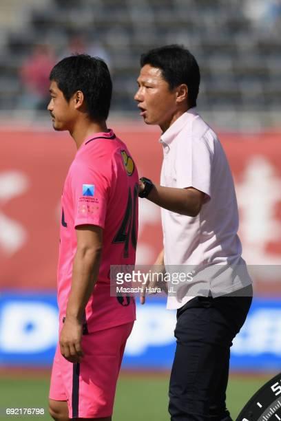 Kashima Antlers new head coach Go Oiwa instructs Mitsuo Ogasawara during the JLeague J1 match between Sanfrecce Hiroshima and Kashima Antlers at...