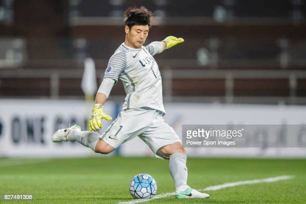 Kashima Goalkeeper Kwoun Suntae in action during the AFC Champions League 2017 Group E match between Ulsan Hyundai FC vs Kashima Antlers at the Ulsan...