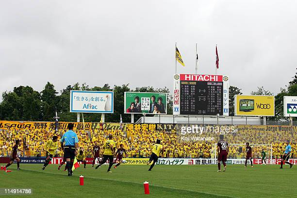 Kashiwa Reysol and Vissel Kobe compete for the ball during JLeague match between Kashiwa Reysol and Vissel Kobe at Hitachi Kashiwa Soccer Stadium on...