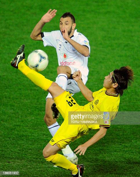 Kashiwa Reysol midfielder Koki Mizuno vies for the ball with Al Sadd defender Nadir Belhadj during their third place playoff football match at the...