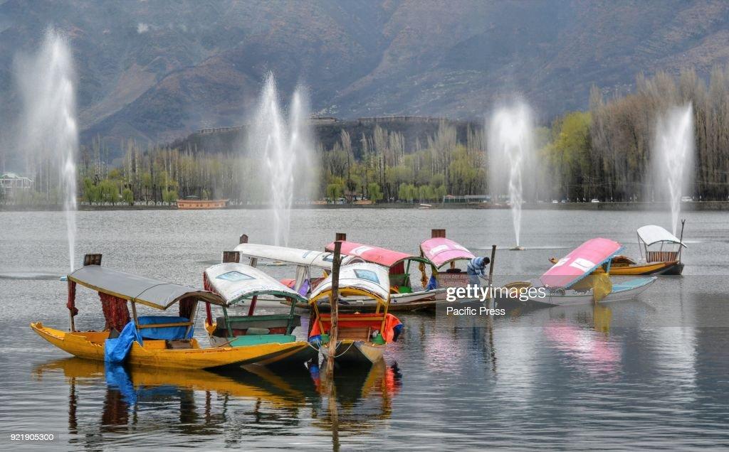 A Kashmiri boatman ties his Shikaras on the water of  world... : News Photo