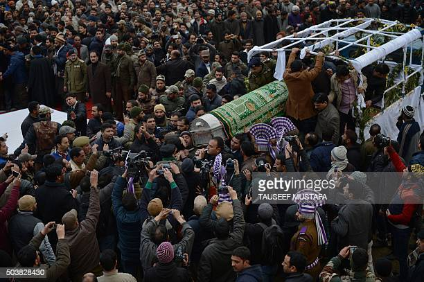 Kashmiri mourners carry the coffin of the chief minister of the state of Jammu and Kashmir Mufti Mohammad Sayeed before his funeral prayers in...