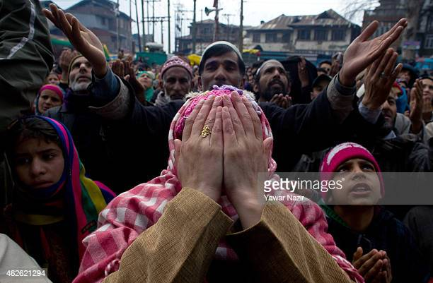 Kashmiri Muslim devotees look towards a cleric displaying the holy relic believed to be of Sufi Saint outside the Dastgeer Sahib shrine On the...