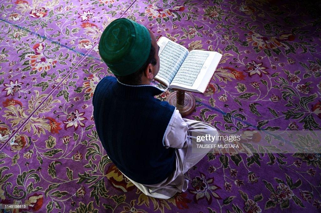 TOPSHOT-INDIA-KASHMIR-ISLAM-RAMADAN : News Photo
