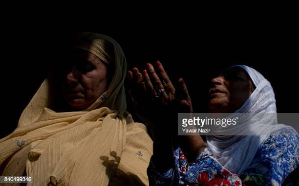 Kashmiri Muslim women pray at the shrine of Khaniqahi mullah during a festival on August 29 2017 in Srinagar the summer capital of Indian...