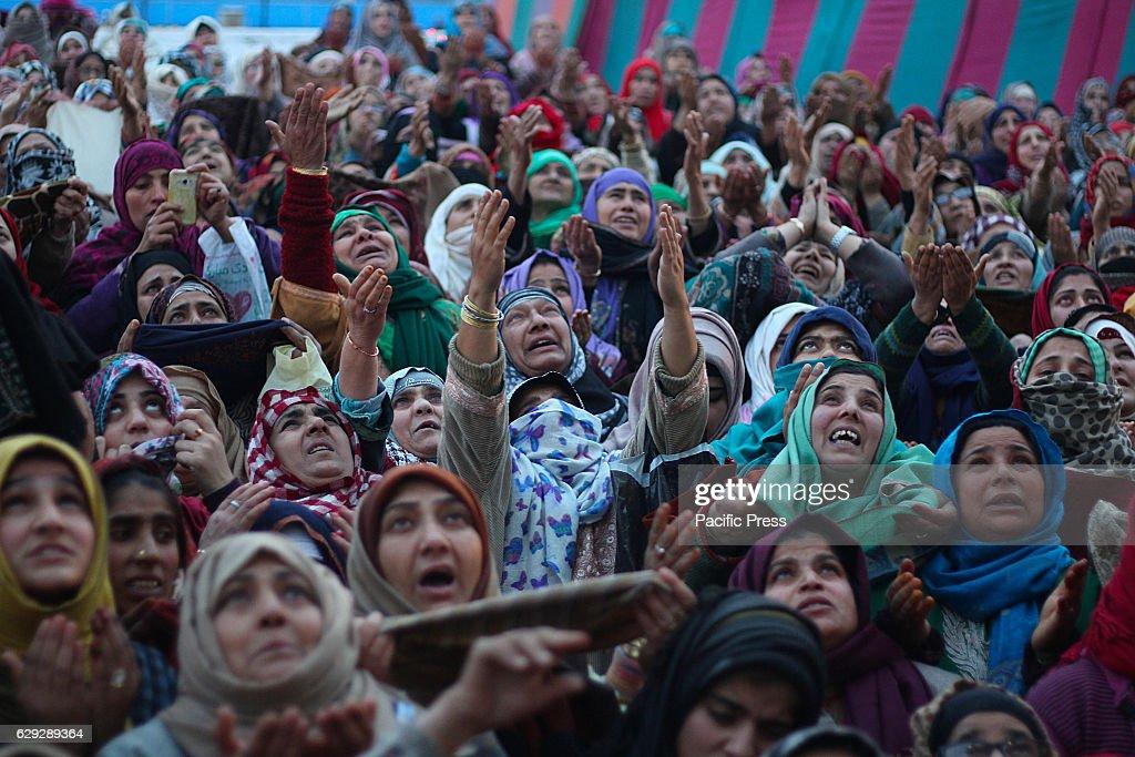 Kashmiri Muslim women react as a cleric (not in picture )... : Nachrichtenfoto