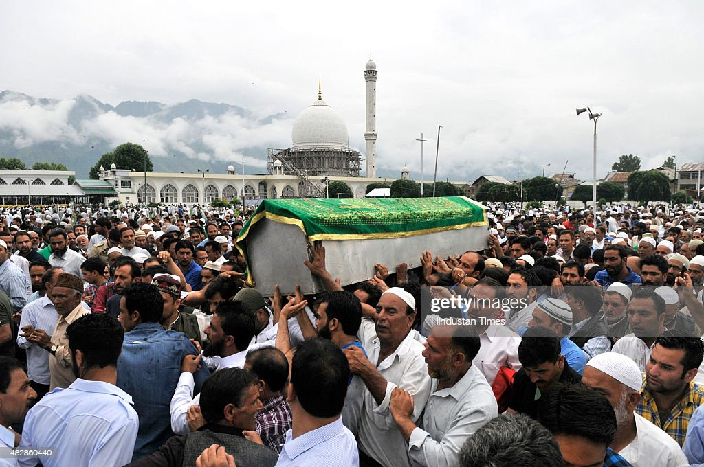 Kashmiri people carry the coffin of Imam Khateeb of Dargah Hazrabal shrine, Mufti Bashir Ahmad Farooqi during funeral August 3, 2015 in Srinagar, India. Imam Khateeb of Dargah Hazrabal shrine, Mufti Bashir Ahmad Farooqi on Sunday passed away due to cardiac arrest.