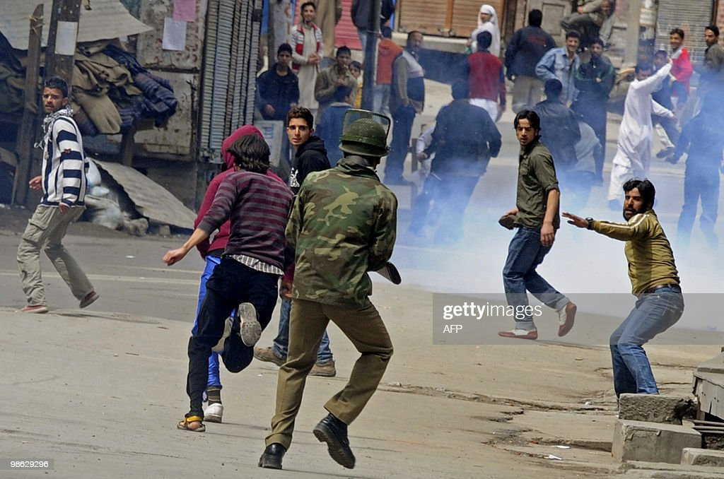 Kashmiri protestors clash with Indian po