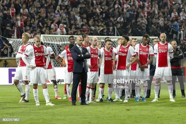 Kasper Dolberg of Ajax Donny van de Beek of Ajax David Neres of Ajax goalkeeper Andre Onana of Ajax coach Peter Bosz of Ajax goalkeeper Norbert...