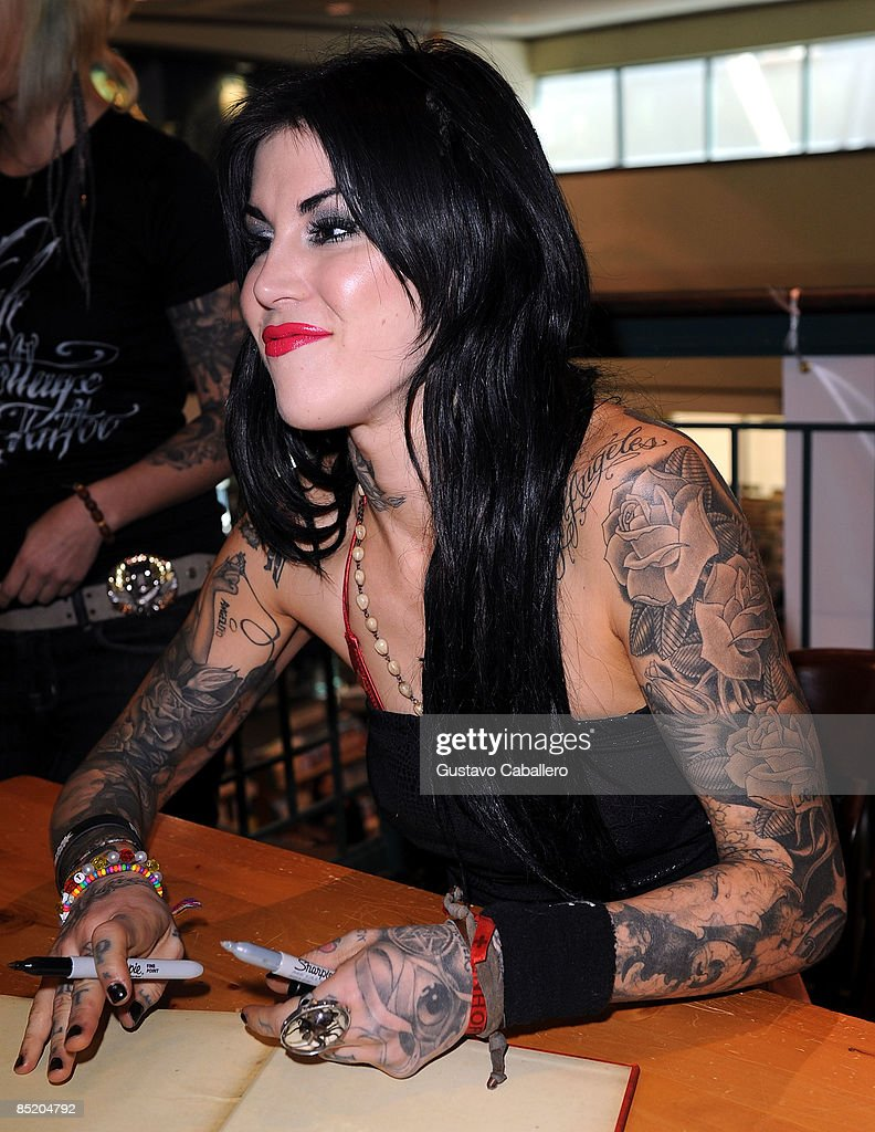 Kat Von D Signs Copies Of Her Book High Voltage Tattoo At Barnes Photo D Actualite Getty Images