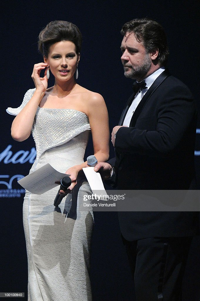 Kate Beckinsale (L) and Russell Crowe speak during amfAR's Cinema Against AIDS 2010 benefit gala at the Hotel du Cap on May 20, 2010 in Antibes, France.