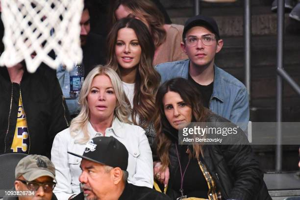 Kate Beckinsale Stephen Simbari Jeanie Buss and Linda Rambis attend a basketball game between the Los Angeles Lakers and the Cleveland Cavaliers at...