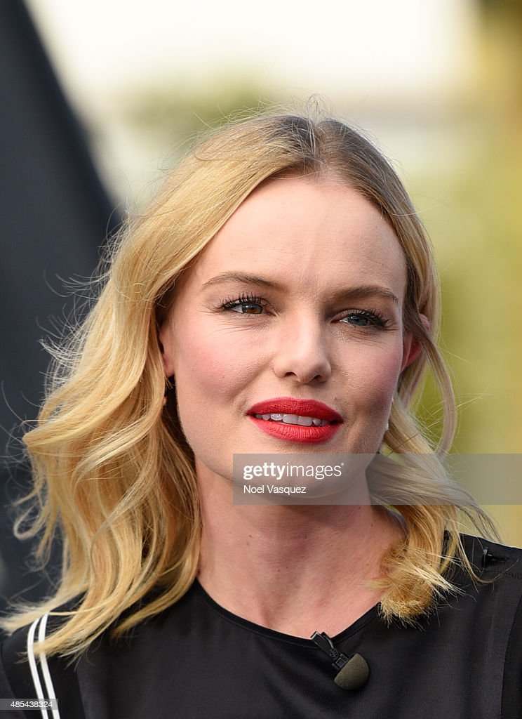 Kate Bosworth visits 'Extra' at Universal Studios Hollywood on August 27, 2015 in Universal City, California.