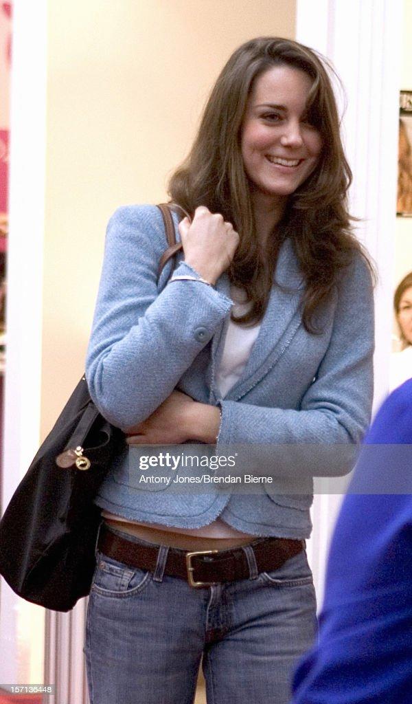 Kate Middleton & Mother Visit The Spirit Of Christmas Shopping Festival At London'S Olympia : Fotografía de noticias