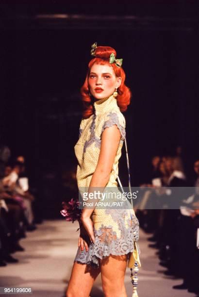 Kate Moss au défilé Dior, Prêt-à-Porter, collection Automne-Hiver 1997-98 à Paris le 11 mars 1997, France.