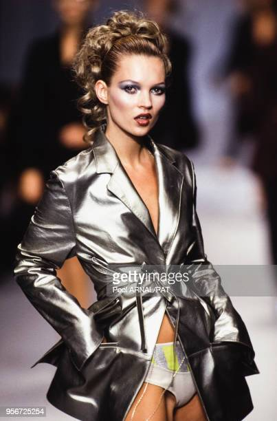 Kate Moss au défilé Karl Lagerfeld PrêtàPorter Collection Printempsété 1996 à Paris en octobre 1995 France